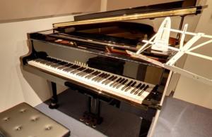 グランドピアノはYamahaのC3、G3、スタインウェイのボストン、アップライト2台!