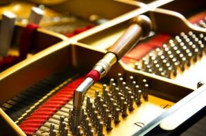ピアノ教室、バイオリン教室、フルート教室だけにこまめに調律・調整を行っています。